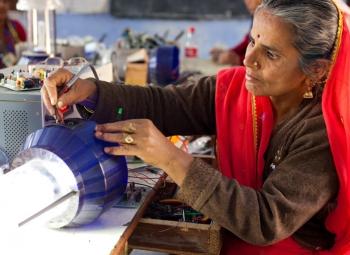 Naiset Intian energiaongelman ratkaisijoina?